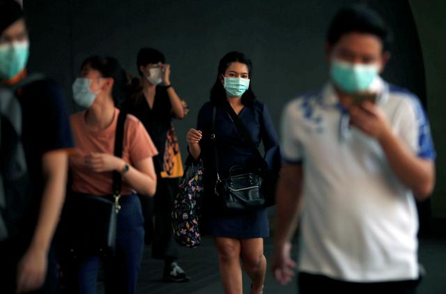 People wear masks as a preventive measure against the coronavirus outbreak, in Bangkok, Thailand February 7, 2020. REUTERS/Soe Zeya Tun