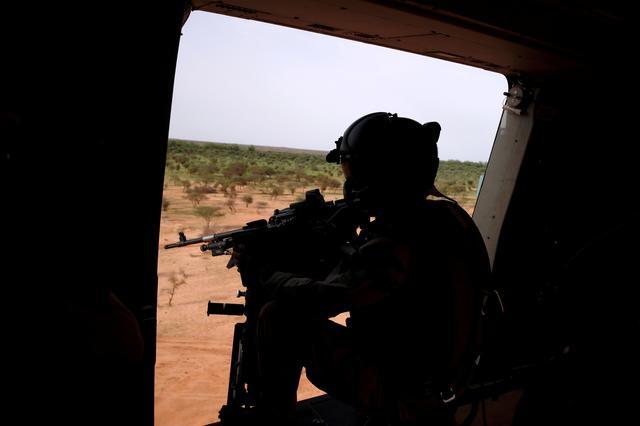 FOTO DE ARCHIVO: Un soldado francés maneja una ametralladora en la puerta de un helicóptero militar NH 90 Caiman durante la Operación Barkhane sobre Ndaki, Malí, 29 de julio de 2019. Fotografía tomada el 29 de julio de 2019. REUTERS / Benoit Tessier / File Photo