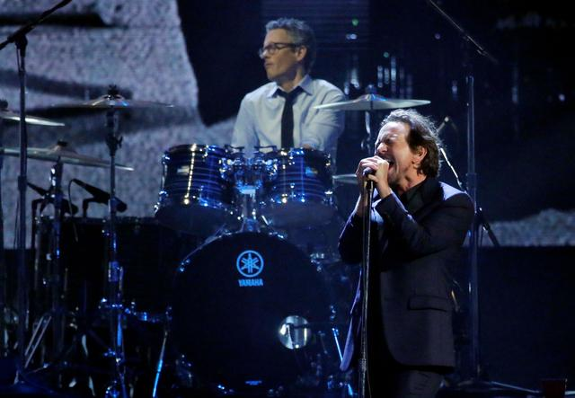 FILE PHOTO: 32nd Annual Rock & Roll Hall of Fame Induction Ceremony - Show – New York City, U.S., 07/04/2017 – Eddie Vedder of Pearl Jam performs. REUTERS/Lucas Jackson