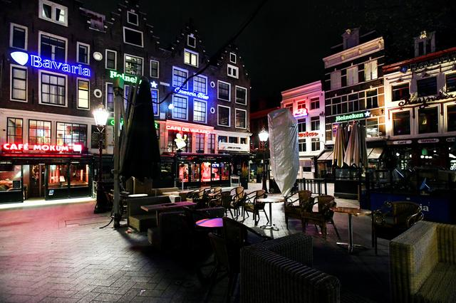 Pubs and bars at the famous Leidseplein have closed their doors in response to a rapidly expanding coronavirus outbreak, in Amsterdam, Netherlands, March 15, 2020. REUTERS/Piroschka van de Wouw