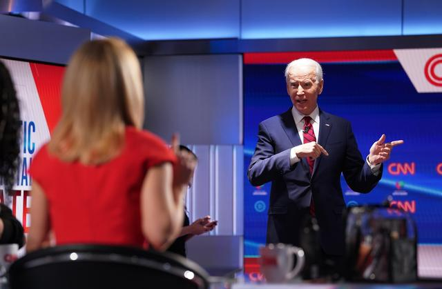 Democratic U.S. presidential candidate and former Vice President Joe Biden talks to CNN moderator Dana Bash during a break at the 11th Democratic candidates debate of the 2020 U.S. presidential campaign, held in CNN's Washington studios without an audience because of the global coronavirus pandemic, in Washington, U.S., March 15, 2020. REUTERS/Kevin Lamarque