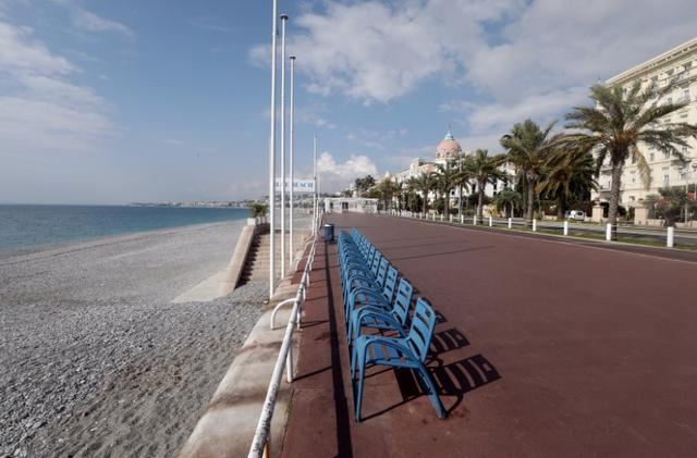 A view shows the deserted Promenade des Anglais in Nice, France, as Nice's mayor said on Friday he will be closing it as part of measures to fight the coronavirus (COVID-19) outbreak spread, March 20, 2020.  REUTERS/Eric Gaillard