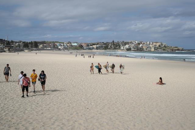 Beachgoers pack up and depart Bondi Beach following its closure after thousands of peopled flocked there in recent days, defying social distancing orders to prevent the spread of the coronavirus disease (COVID-19), in Sydney, Australia, March 21, 2020.  REUTERS/Loren Elliott