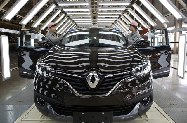 FILE PHOTO: Employees work at Renault's assembly plant in Wuhan, Hubei province, China, February 1, 2016. Renault plans to put China at the centre of its strategic plan for 2017-2022, Chief Executive Carlos Ghosn said on Monday at the inauguration of the firm's first assembly plant in Wuhan, central China. REUTERS/Darley Shen