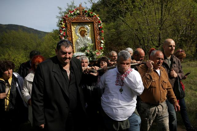 FILE PHOTO: Orthodox Christians carry an icon of the Virgin Mary during a parade marking Easter near Bachkovo monastery, Bulgaria, April 29, 2019. REUTERS/Stoyan Nenov -/File Photo
