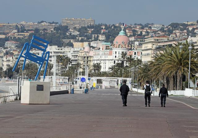 Police officers patrol the deserted Promenade des Anglais in Nice, as a lockdown is imposed to slow the rate of the coronavirus disease (COVID-19) spread in France,  April 12, 2020.  REUTERS/Eric Gaillard