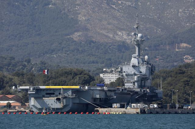 A view shows the French aircraft carrier Charles de Gaulle at the Naval base in Toulon, as around 20 French sailors remain in hospital and 668 have tested positive following a large outbreak of the coronavirus disease (COVID-19) on it, France, April 16, 2020. REUTERS/Eric Gaillard