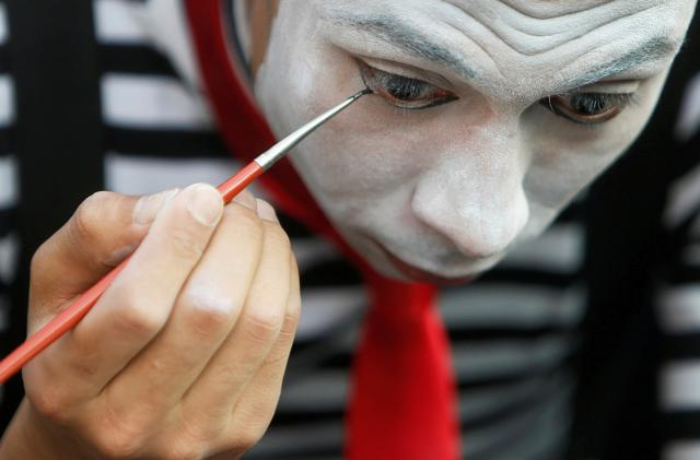 Egyptian clown Ahmed Naser, prepares for making an entertainment performance to courage children to put on face masks as a preventive measure amid concerns about the spread of the coronavirus disease (COVID-19), in Darb Al-Ban district at Islamic Cairo, Egypt April 13, 2020.  REUTERS/Mohamed Abd El Ghany