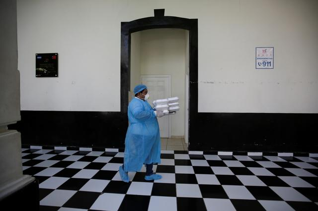 FILE PHOTO: A hospital worker is seen at San Felipe Hospital where hospital beds have been prepared in anticipation of patients with coronavirus disease (COVID-19), in Tegucigalpa, Honduras April 1, 2020. REUTERS/Jorge Cabrera