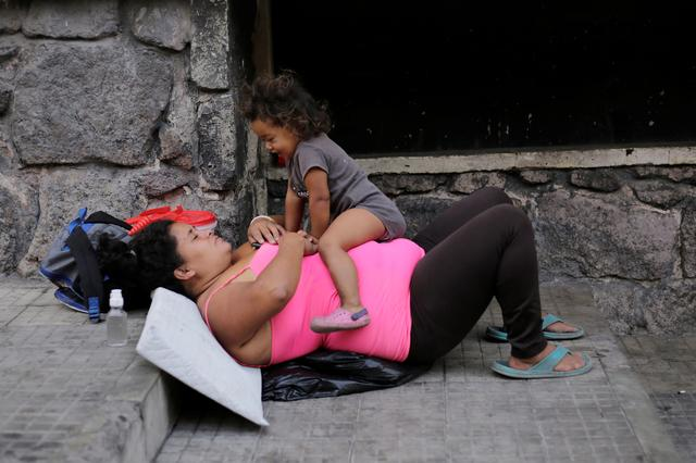 Street vendor Marisol Maradiaga, who is living on the street after being unable to continue paying for her rent, plays with her daughter amid the spread of the coronavirus disease (COVID-19) in Tegucigalpa, Honduras, April 23, 2020. Picture taken April 23, 2020. REUTERS/Jorge Cabrera