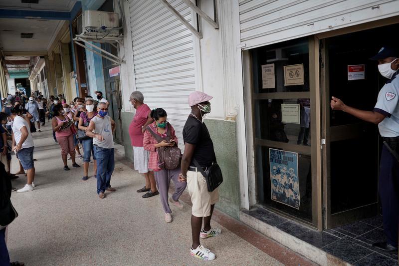 Die Menschen stehen Schlange an einer Wechselstube in Havanna, Kuba, am 9. September 2020 | Bildquelle: https://www.reuters.com/article/us-cuba-economy-reform/cuba-plans-first-official-peso-devaluation-since-1959-revolution-sources-say-idUSKBN26120F © REUTERS/Alexandre Meneghini | Bilder sind in der Regel urheberrechtlich geschützt