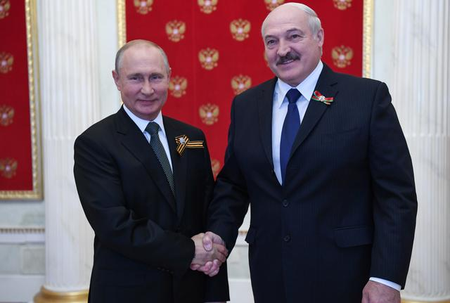 Putin Gives .5B Loan to Embattled Belarus Leader Lukashenko