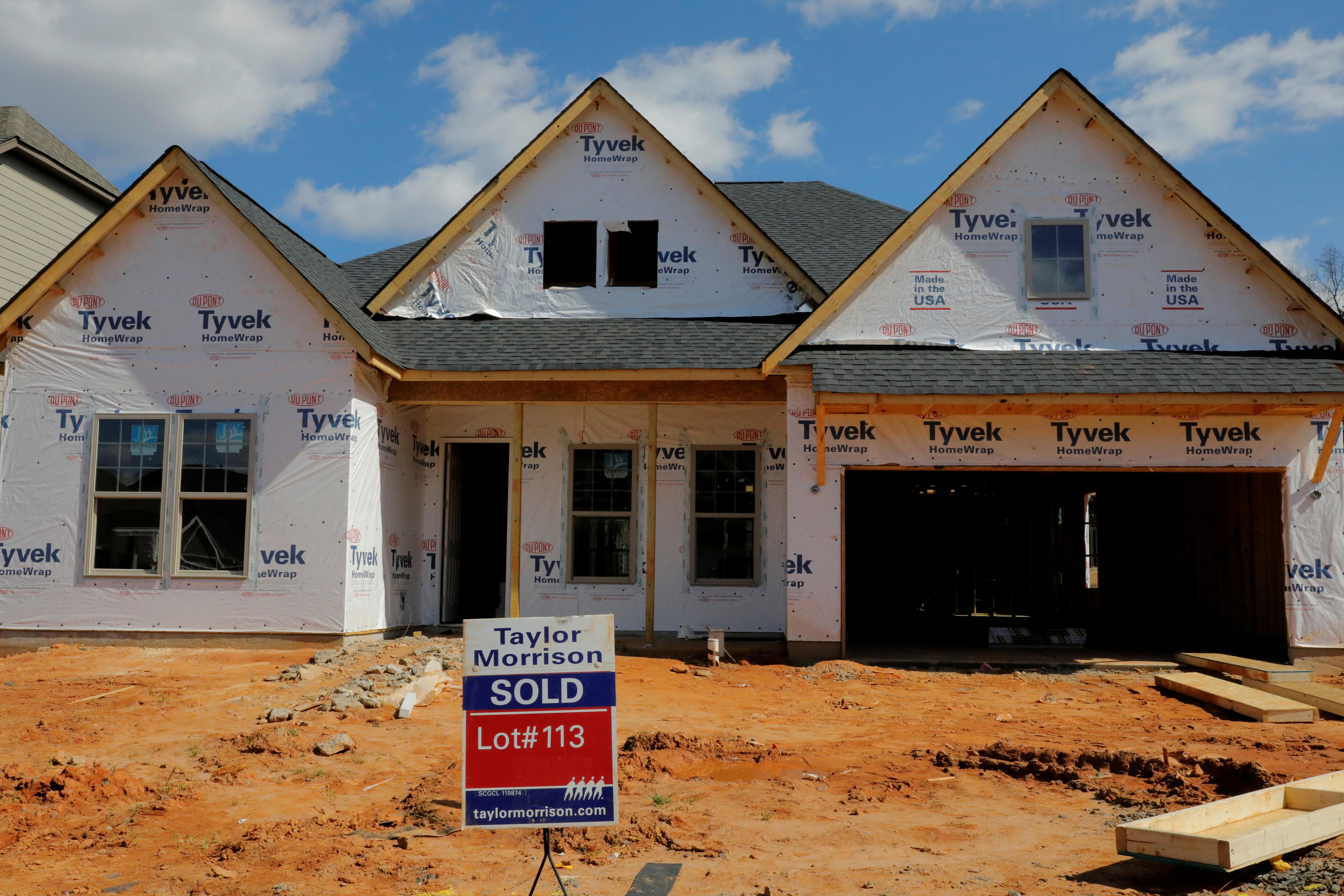 U.S. new home sales fall; low mortgage rate still underpinning demand