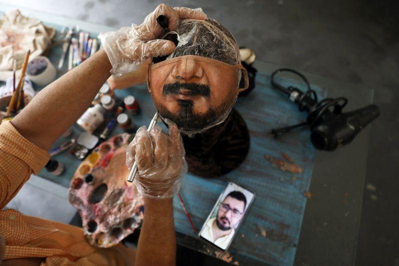Artista brasileño pinta mascarillas para quienes quieren mostrar el rostro    Reuters