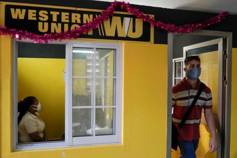 Ein Kunde verlässt ein Western Union Büro in Havanna, November 2020 | Bildquelle: © REUTERS/Alexandre Meneghini/ | Bilder sind in der Regel urheberrechtlich geschützt