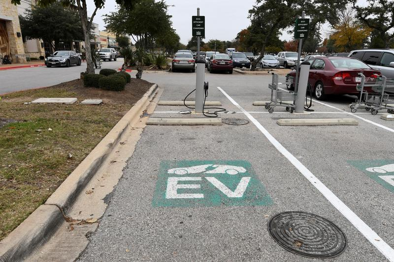 Biden vows to replace U.S. government fleet with electric vehicles