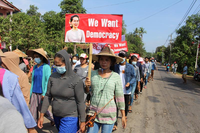 myanmar-protesters-defy-military-as-internet-curbs-test-resolve